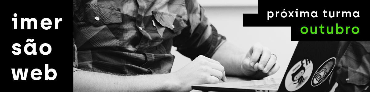 Foto de um rapaz usando um laptop. Ao lado, se lê 'Imersão Web' e 'Próxima turma: outubro'.