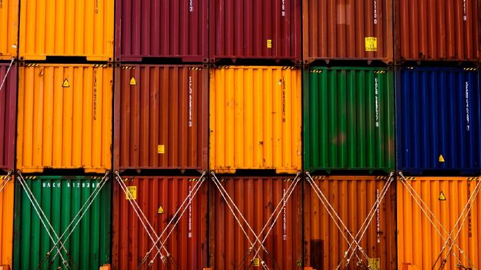 Foto de vários contêineres de armazenamento em cores fortes, todos empilhados.